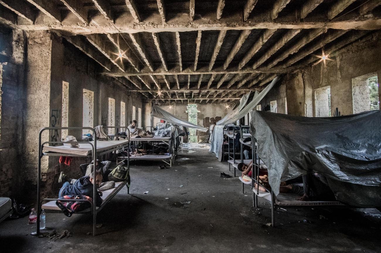 Vue intérieure d'un immeuble abandonné près de Bihać, dans lequel vivent des centaines de personnes. En raison de l'état de dégradation avancée de la structure, les sols sont couverts de boue et d'eau de pluie. Bosnie-Herzégovine. 2018.  © Kamila Stepien