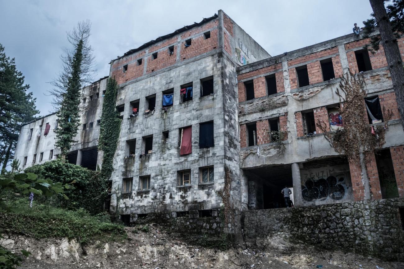 Vue d'un immeuble abandonné près de Bihać, dans lequel vivent des centaines de personnes. Bosnie-Herzégovine. 2018.  © Kamila Stepien