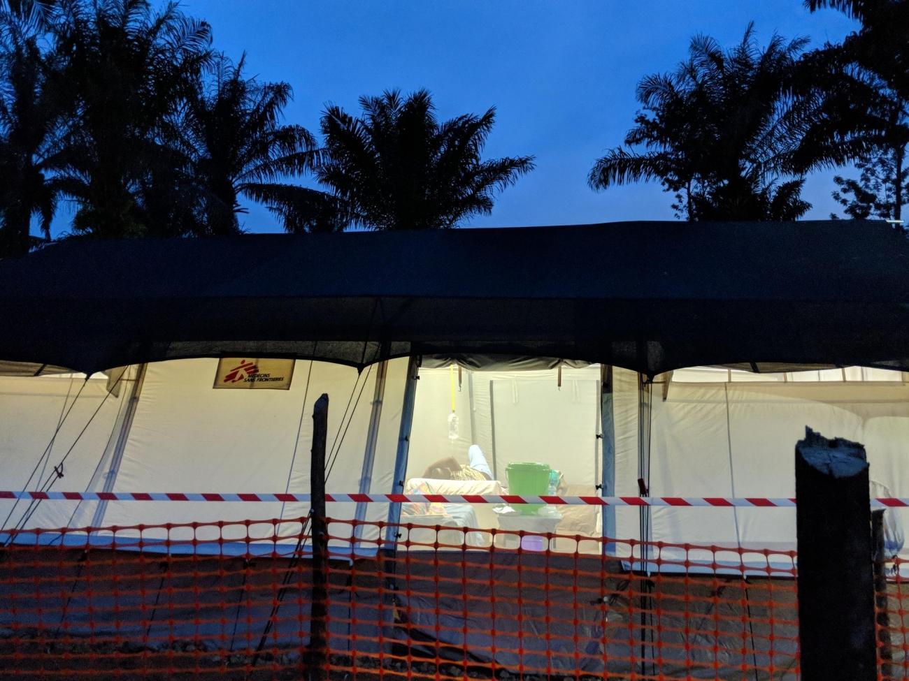 Le centre de traitement d'Ebola de Mangina à la tombée de la nuit. Nord-Kivu. République démocratique du Congo. 2018.  © Karin Huster/MSF
