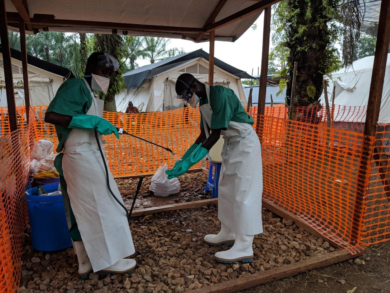 Une désinfection après unedistribution de nourriture aux patients dans le centre de traitement d'Ebola de Mangina. Nord-Kivu. République démocratique du Congo.  © Karin Huster/MSF