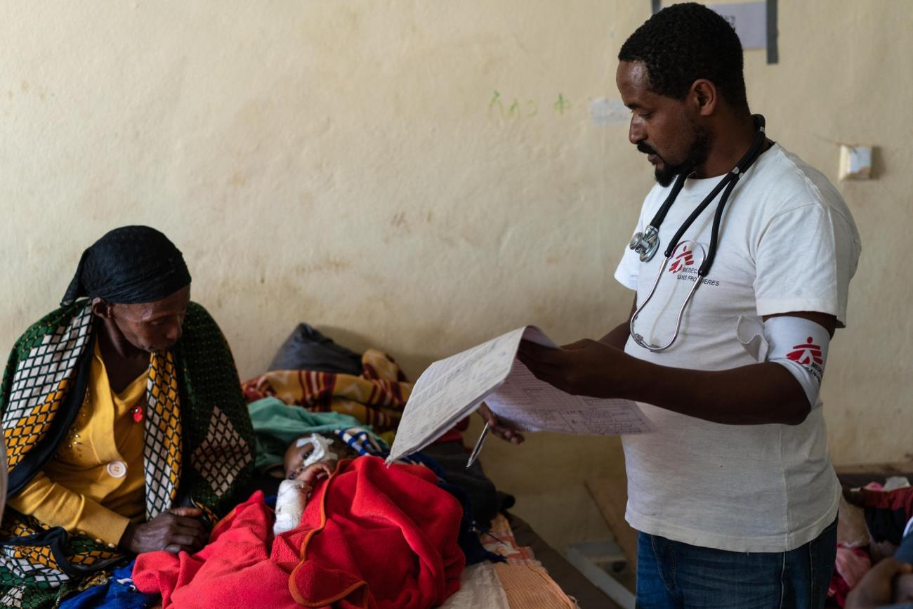 Un enfant de 3 ans pris en charge par les équipes de Médecins Sans Frontières dans l'hôpital de Gedeb. Il souffre de malnutrition aiguë. Éthiopie. 2018.  © Gabriele François Casini/MSF