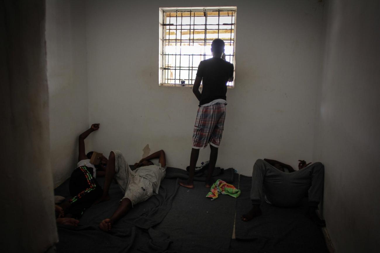 Des migrants et réfugiés dans un centre de détention en Libye. 2018.  © Sara Creta/MSF