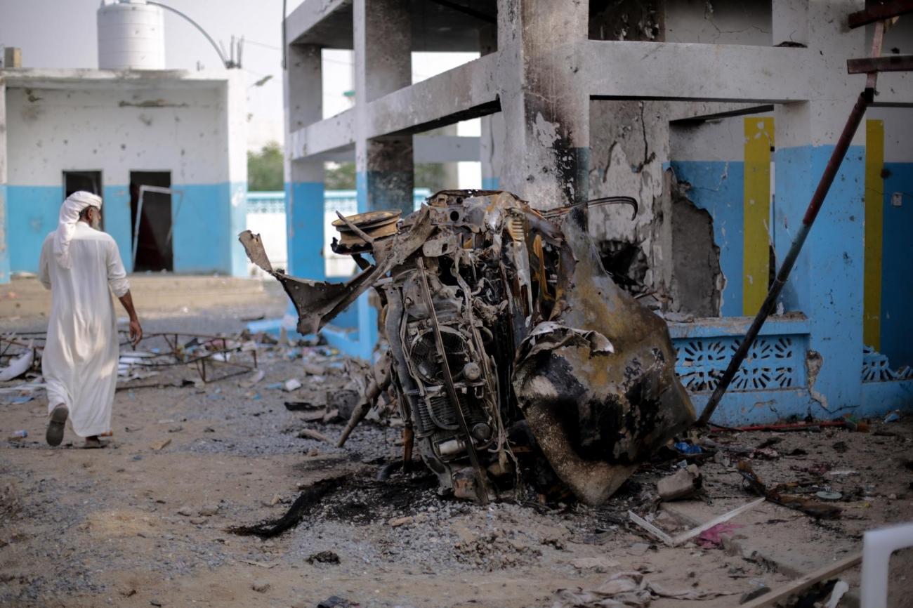 Une voiture carbonisée à proximité de la salle des urgences de l'hôpital d'Abs, soutenu par MSF. L'hôpital a subi une attaque aérienne dela coalition menée par l'Arabie saoudite. Yémen. Août 2016.  © Rawan Shaif