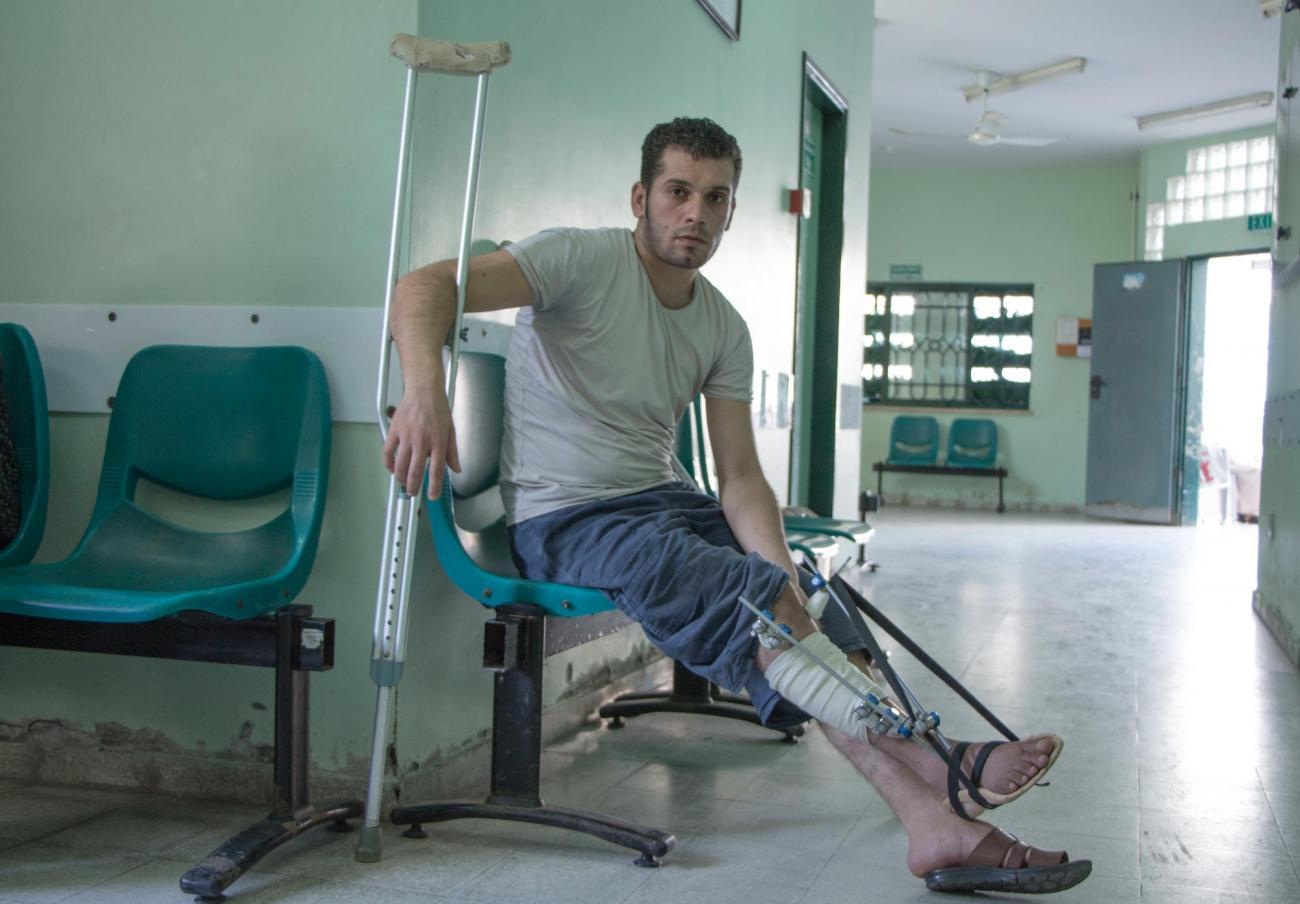Mohammed est un jeune homme de 28 ans, blessépar balle lors de la«Marche du retour». Il attend de savoir s'il sera autorisé à voyager jusqu'à Amman en Jordanie pour être pris en charge dans l'hôpital MSF spécialisé dans la chirurgie reconstructrice. Gaza. 2018.  © Alva Simpson White/MSF