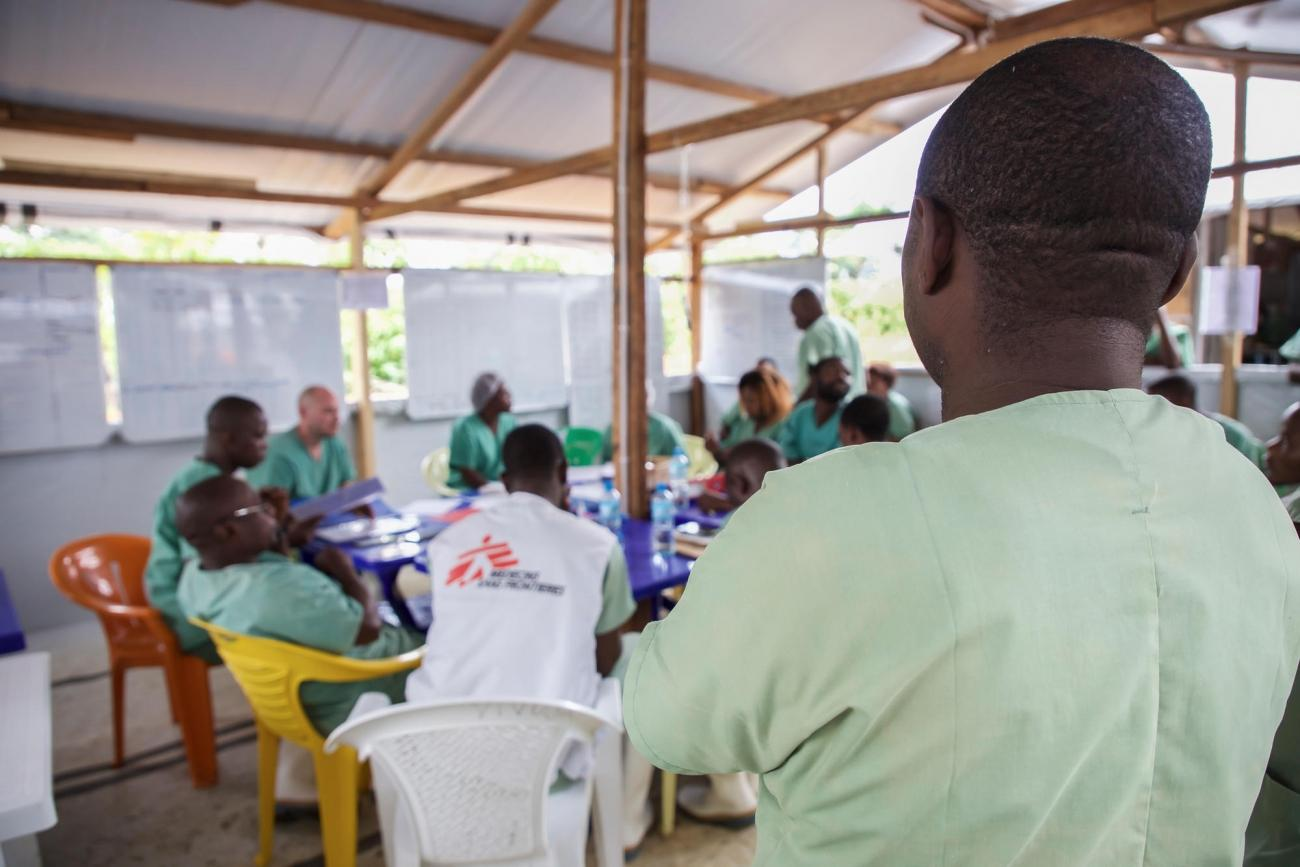 Une réunion d'équipe dans le centre de traitement de Mangina. Des volontaires MSF et des membres du personnel du ministère de la Santé congolais travaillent ensemble et discutent de l'état de santé des différents patients. République démocratique du Congo. 2018.  © Carl Theunis/MSF