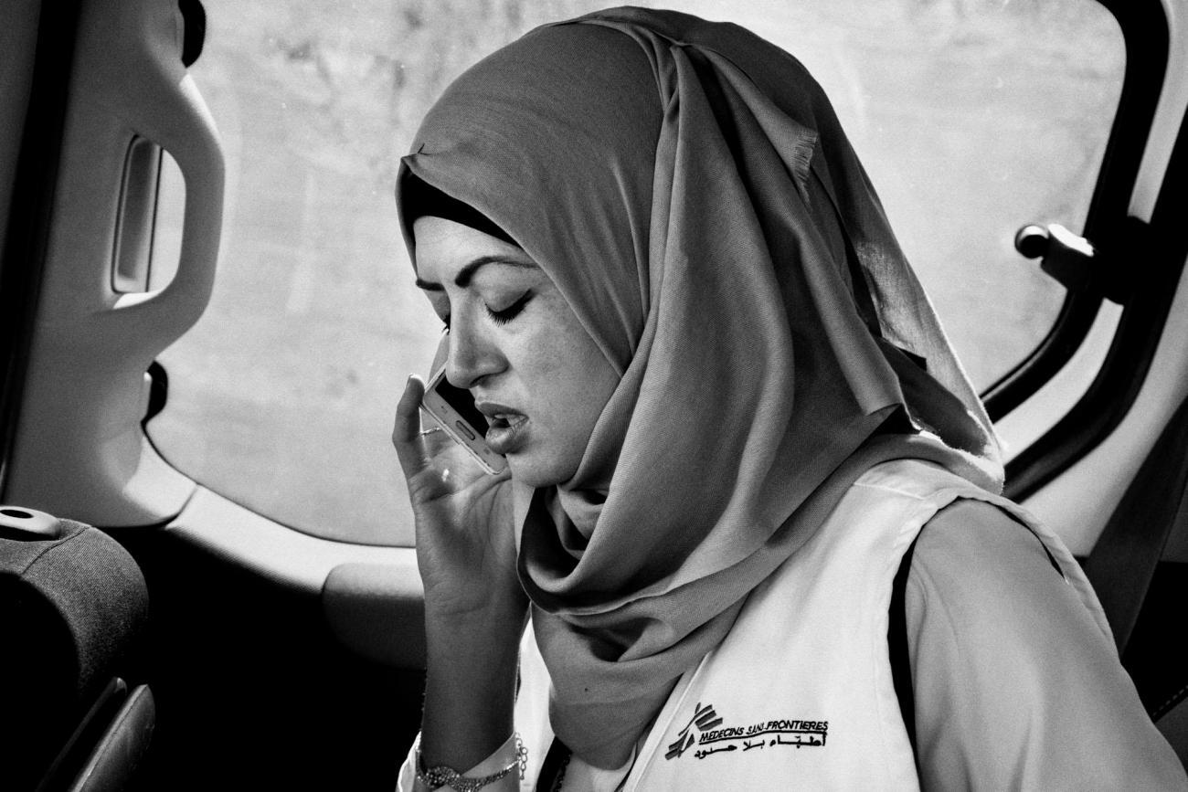 Mervat Suboh, une psychologue palestinienne MSF qui travaille à Hébron, appelle un patient pour prendre rendez-vous. Palestine. 2018.  © Moises Saman/Magnum Photos