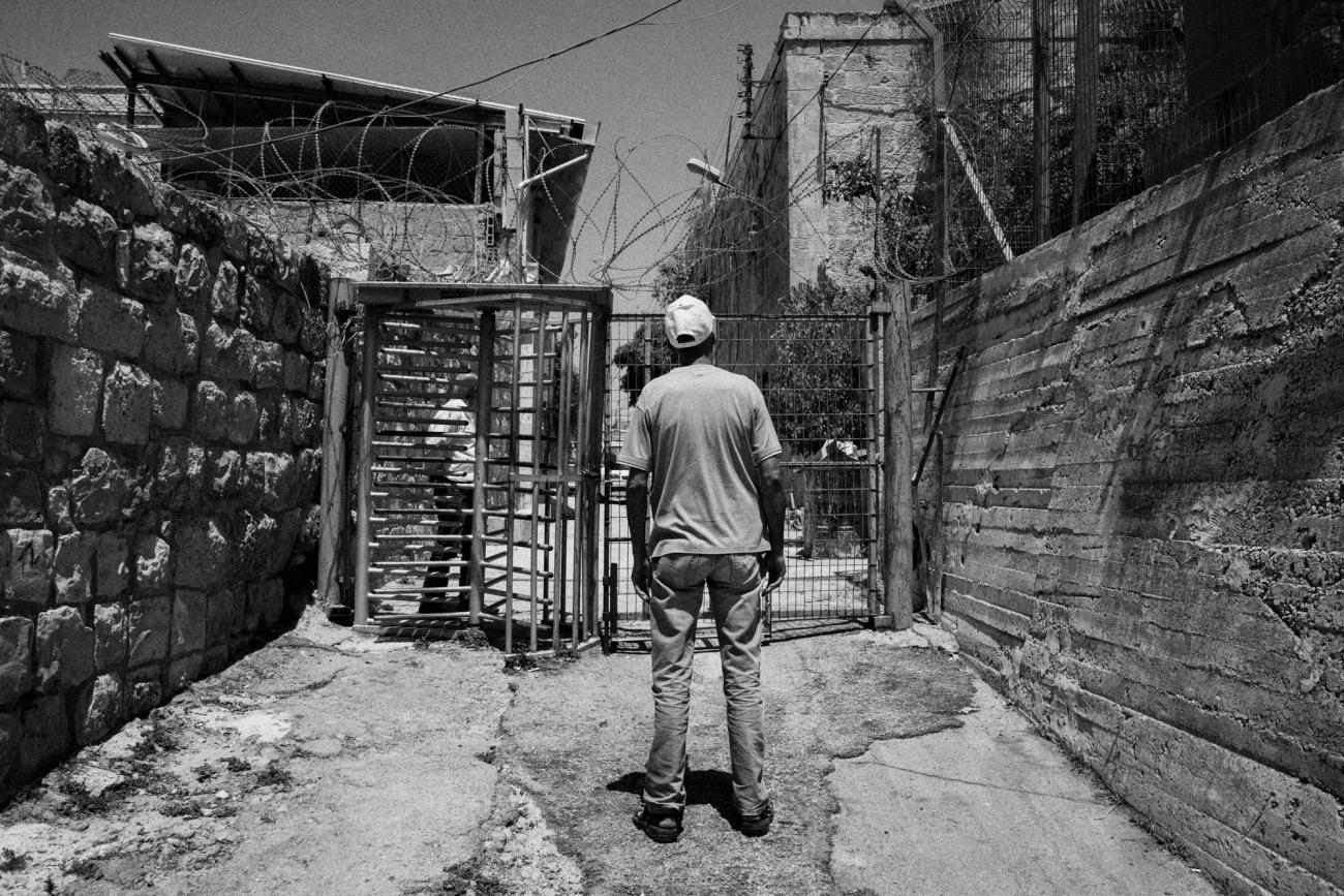 Hébron est divisée en zone H1, contrôléepar l'Autorité palestinienne, et H2, sous contrôle de l'armée israélienne, qui protège notamment près de 850 colons. Palestine. 2018.  © Moises Saman/Magnum Photos