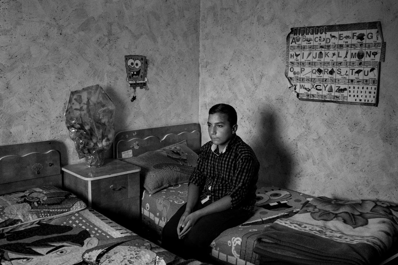 Youssef habite dans le camp de réfugiés de Al-Arroub dans le sud de la Cisjordanie. Son enfance a été façonnée par la violence. Palestine. 2018.  © Moises Saman/Magnum Photos