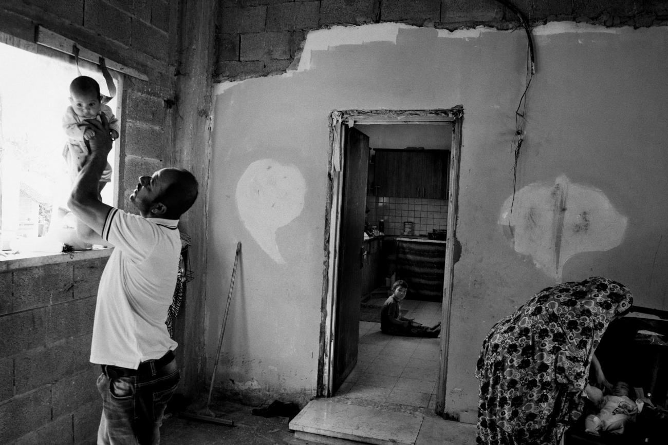 Raed a 43 ans. Il est père de six enfants et vit à Hébron. Il s'est fait tirer dans la hanche par des soldats israéliens lors d'un affrontement, suivant les funérailles d'un garçon palestinien tué par l'armée israélienne. Raed souffre de symptômes dépressifs et ne peut plus subvenir aux besoins de sa famille.Palestine. 2018.  © Moises Saman/Magnum Photos