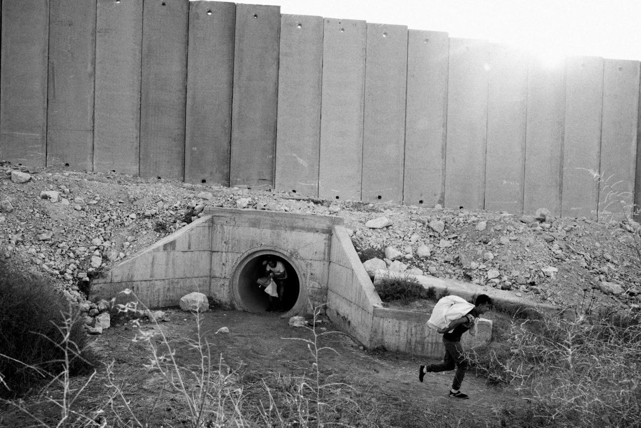 Sans liberté de mouvement, les Palestiniens sont obligés de trouver des chemins autour des check-points et des barrières de séparationavec Israël, pour trouver du travail, aller à l'école ou visiter leur famille. Palestine. 2018.  © Moises Saman/Magnum Photos