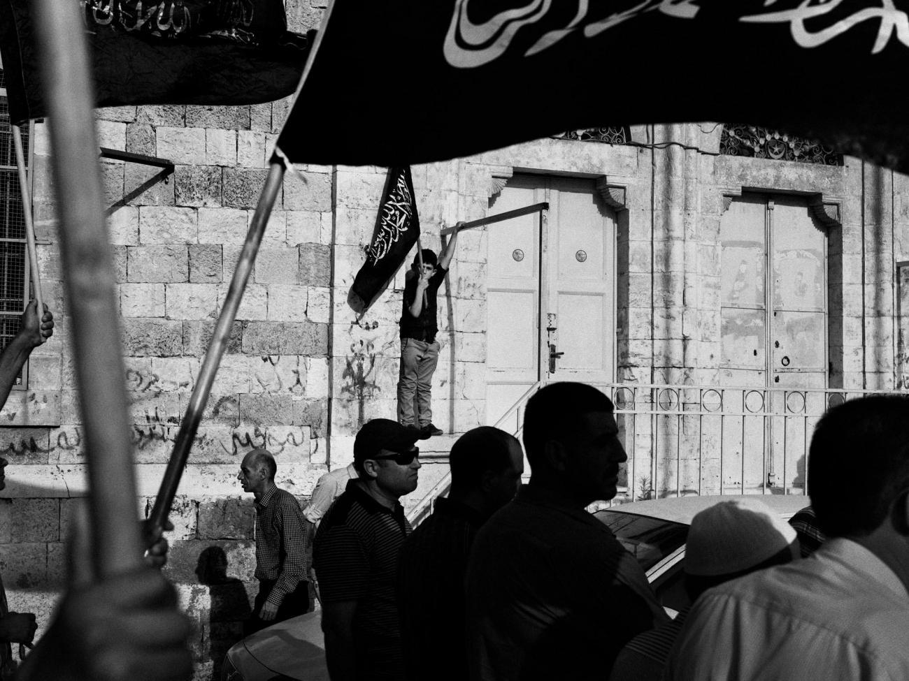 Les manifestations qui se tiennent parfois le vendredi après la prière donnent souvent lieu à des débordements violents. Palestine. 2018.  © Moises Saman/Magnum Photos