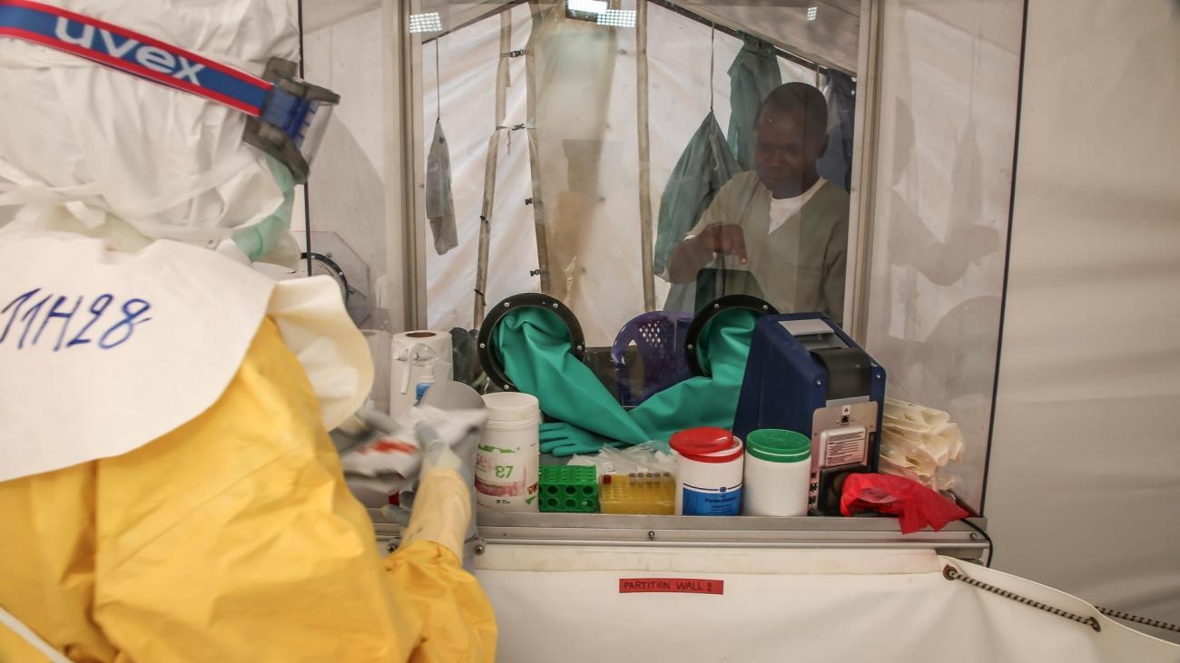 Équipes de Médecins Sans Frontières dans le centre de traitement d'Ebola à Mangina. République démocratique du Congo. 2018.  © Carl Theunis/MSF
