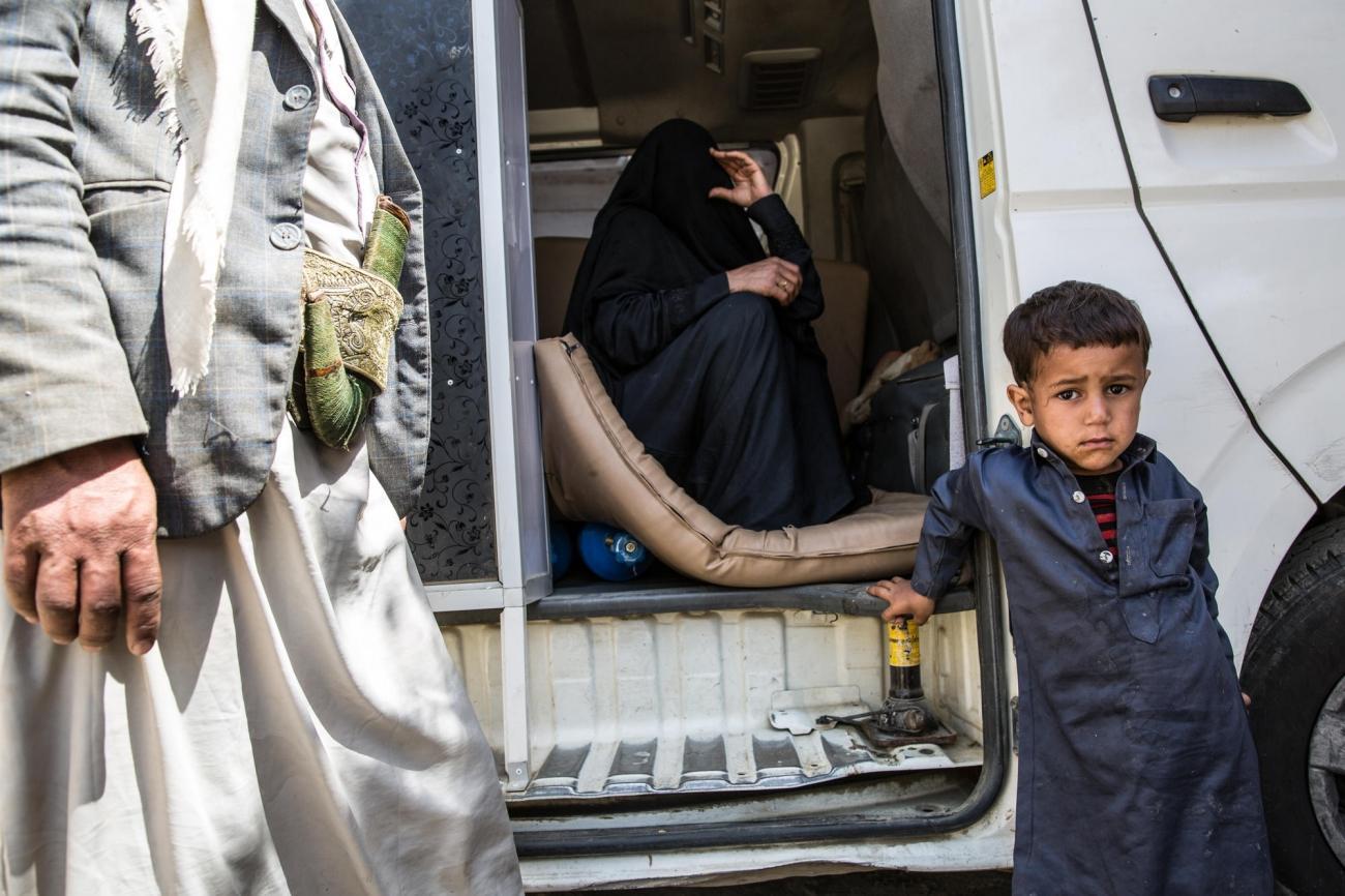Ayman est tombé du premier étage de sa maison. Il souffre de vertige et ne parle plus. Ilattendavec son pèreet sa mère à l'hôpital MSF de Haydan. Yémen. Mars 2018.  © Agnes Varraine-Leca/MSF