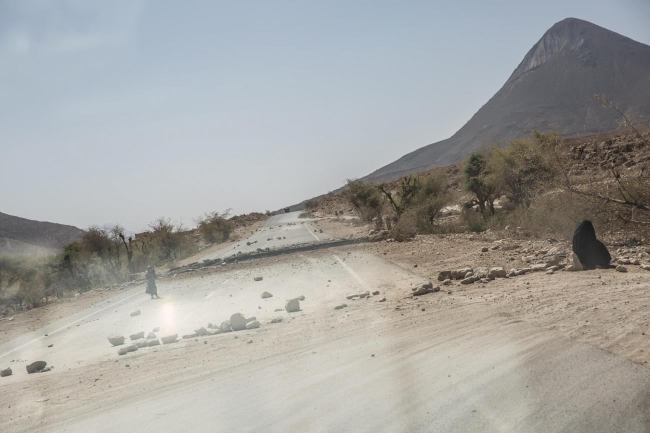 La route entre Saada et Khamer a étébombardée par la coalition internationale menée par l'Arabie saoudite et lesÉmirats arabes unis. Yémen. Mars 2018.  © Agnes Varraine-Leca/MSF
