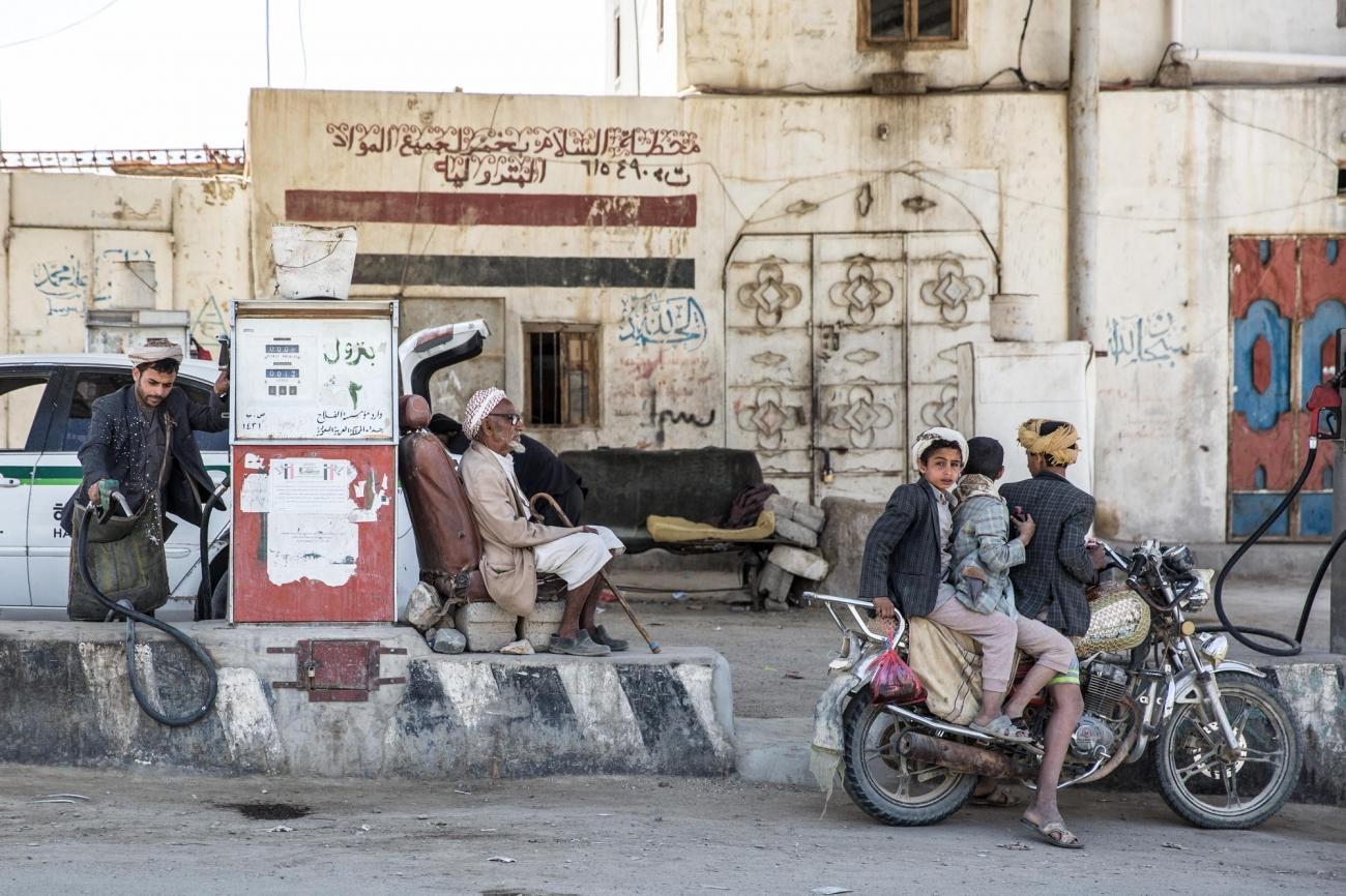 Des hommes font le plein d'essence dans l'une des stations service de Khamer. Yémen.Gouvernorat d'Amran.Mars 2018.  © Agnes Varraine-Leca/MSF
