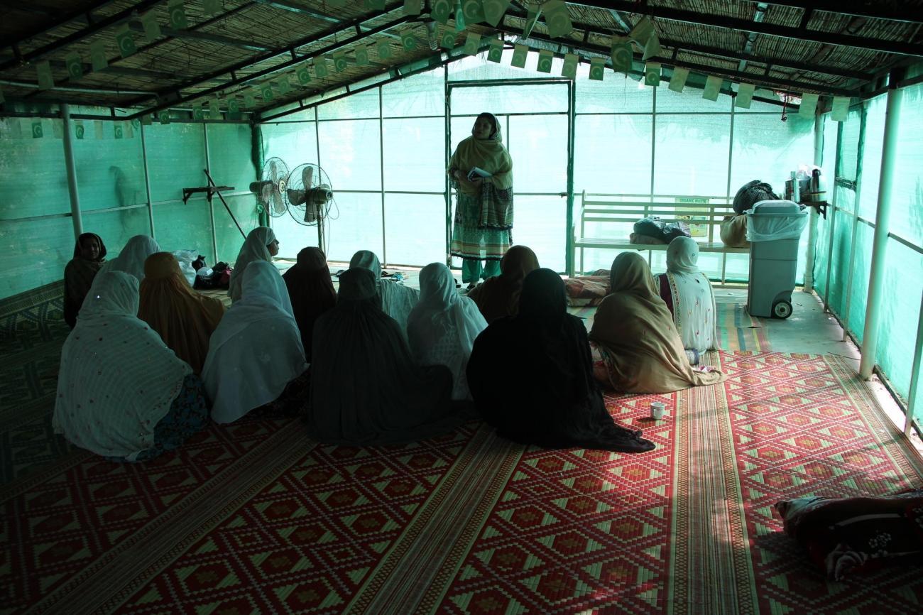 Des femmes assistent à une séance de promotion de la santé. Pakistan. 2018.  © Laurie Bonnaud/MSF