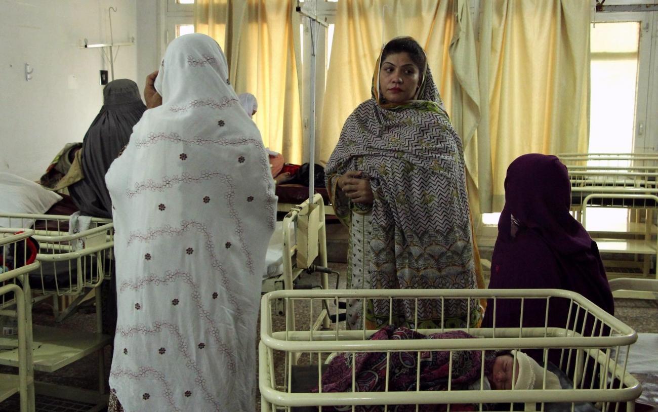 Les sessions de promotion de la santé sont conduites par les équipes MSF pour sensibiliser les mères à des sujets comme la vaccination, l'hygiène ou le bon usage des médicaments. Pakistan. 2018.  © Laurie Bonnaud/MSF