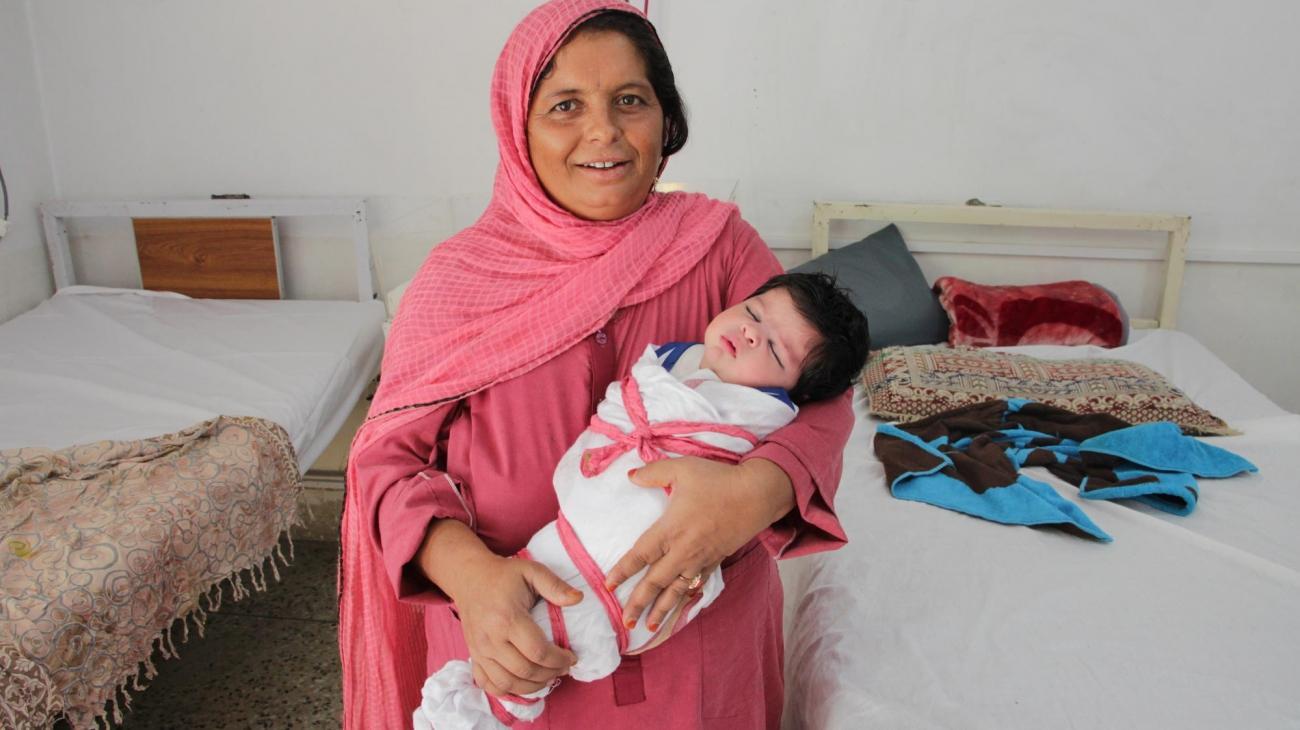 Shakeela a 48 ans et vient d'un petit village à trois heures de Peshawar. Elle a donné naissance à son 13e enfant dans l'hôpital pour femmes deMSF. Pakistan. 2018.  © Laurie Bonnaud/MSF