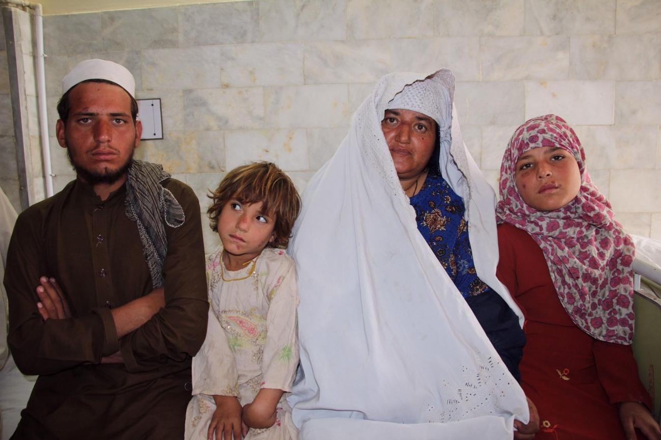 Taj Bibi accompagnéede membres de sa famille dans la clinique MSF de Peshawar. Ils sont atteints de leishmaniose cutanée. Pakistan. 2018.  © Laurie Bonnaud/MSF