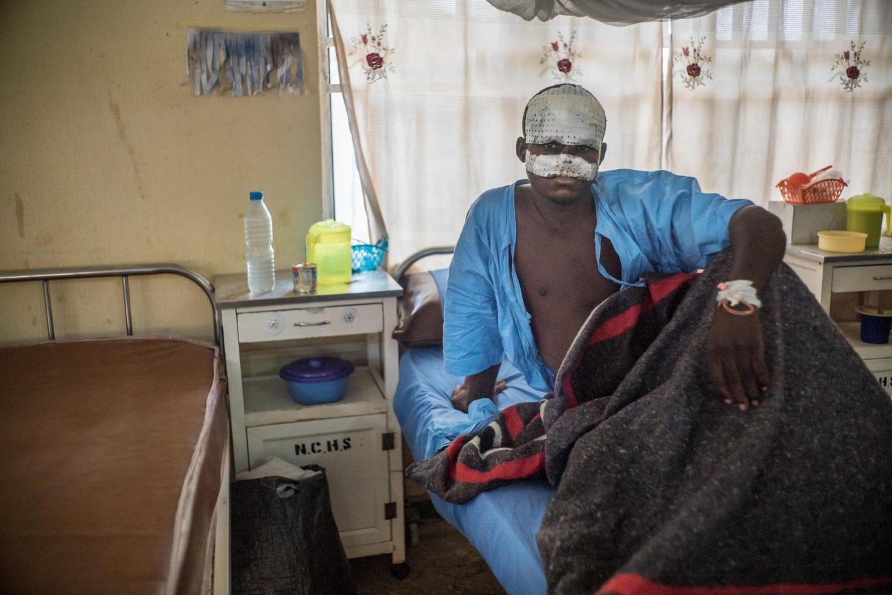 Bilya après sa première opération chirurgicale. Il est dans l'unité de soins post-opératoires de l'hôpital de Sokoto. Nigeria. 2016.  © Claire Jeantet - Fabrice Caterini/INEDIZ