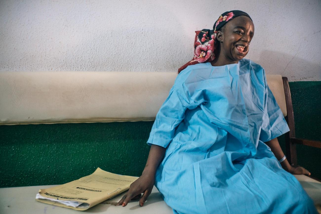 Hadiza est originaire de l'État de Kano. Elle patiente avantsa quatrième opération chirurgicale. Nigeria. 2016.  © Claire Jeantet - Fabrice Caterini/INEDIZ
