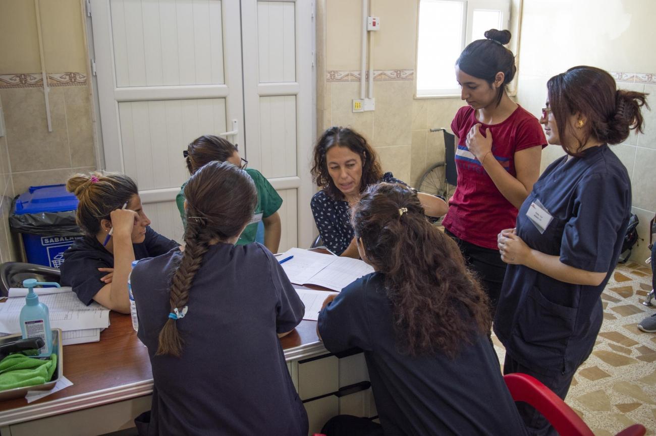 Une sage-femme MSF conduit une session de formation avec des sages-femmes et des infirmières locales à l'hôpital général de Sinuni. Irak. 2018.  © MSF