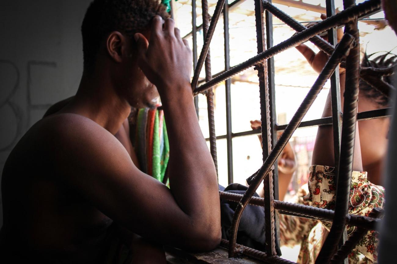 Les rescapés d'un naufrage ont été ramenés en Libye et placés dans un centre de détention de la région de Khoms. Septembre 2018. Libye.  © Sara Creta/MSF