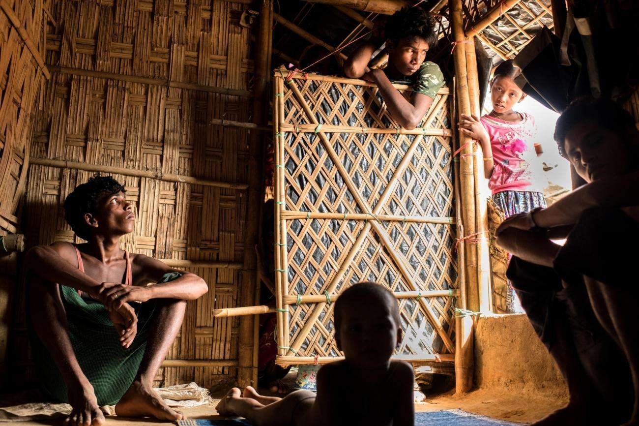 Une famille de réfugiés rohingyas dans l'un des camps deCox's Bazar au Bangladesh.  © Robin Hammond/NOOR