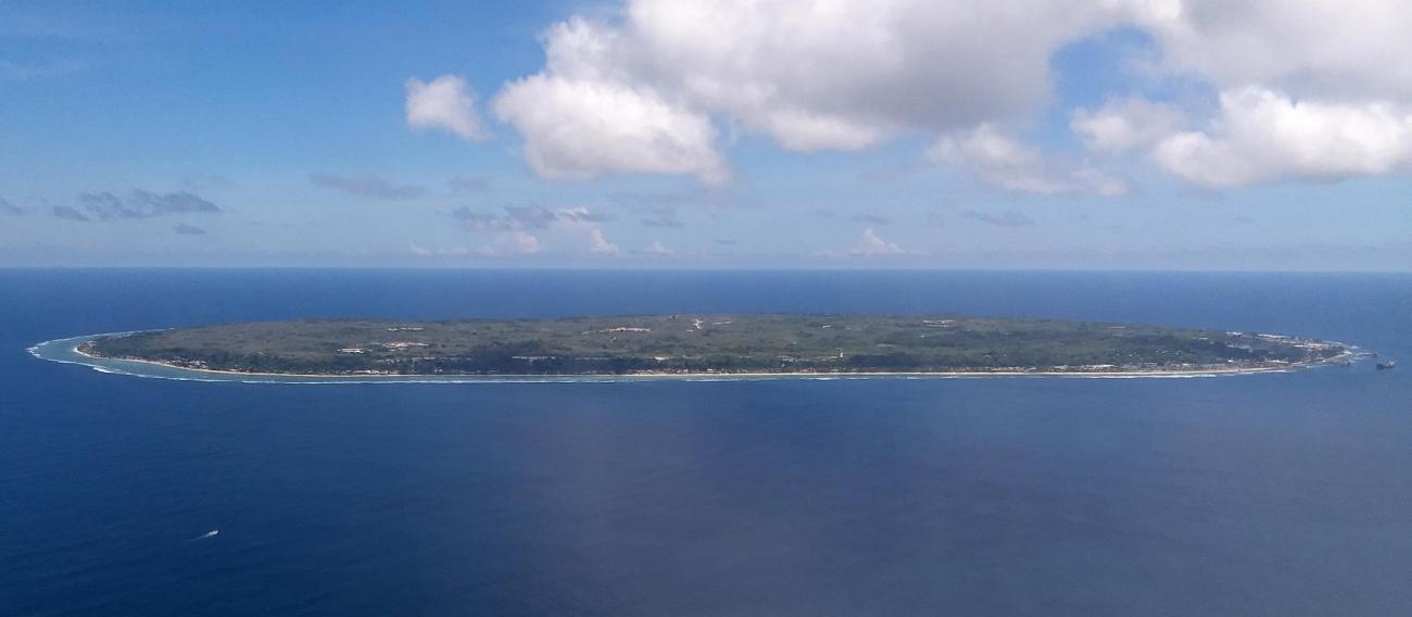 Vue d'avion de Nauru. L'île fait 21 kilomètres carrés et abrite environ 11000 habitants. 2018.  © MSF
