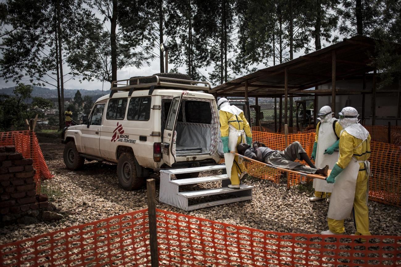 Des travailleurs de santé MSF du centre de traitement de Butembo transfèrent un patient vers l'hôpital. Son test Ebola s'est révélé négatif. Novembre 2018. République démocratique du Congo.  © John Wessels