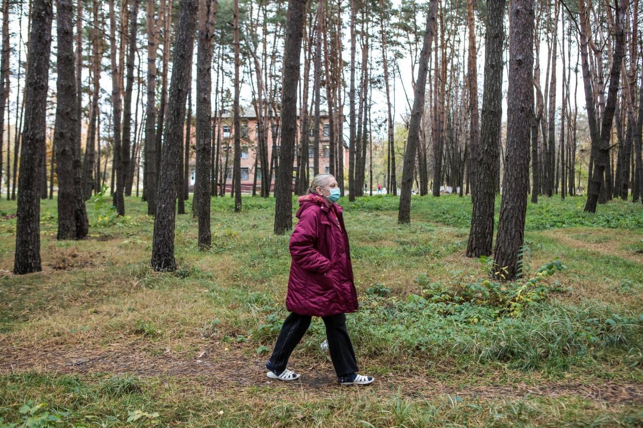 Halyna a 56 ans. Elle est atteinte de tuberculose multirésistante. Elle marche dans la forêt qui entoure l'hôpital de Jytomir. Ukraine. 2018.  © Oksana Parafeniuk