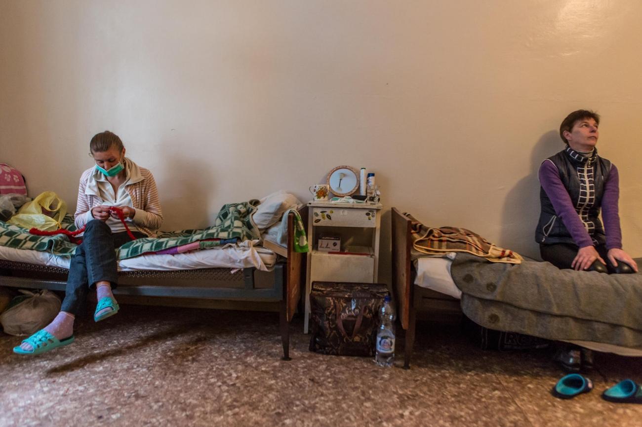 Oksana a 39 ans et Nataliya a 44 ans. Elles sont toutes les deux atteintes de tuberculose ultrarésistante et partagent une chambre dans l'hôpital de Jytomir. Ukraine. 2018.  © Oksana Parafeniuk