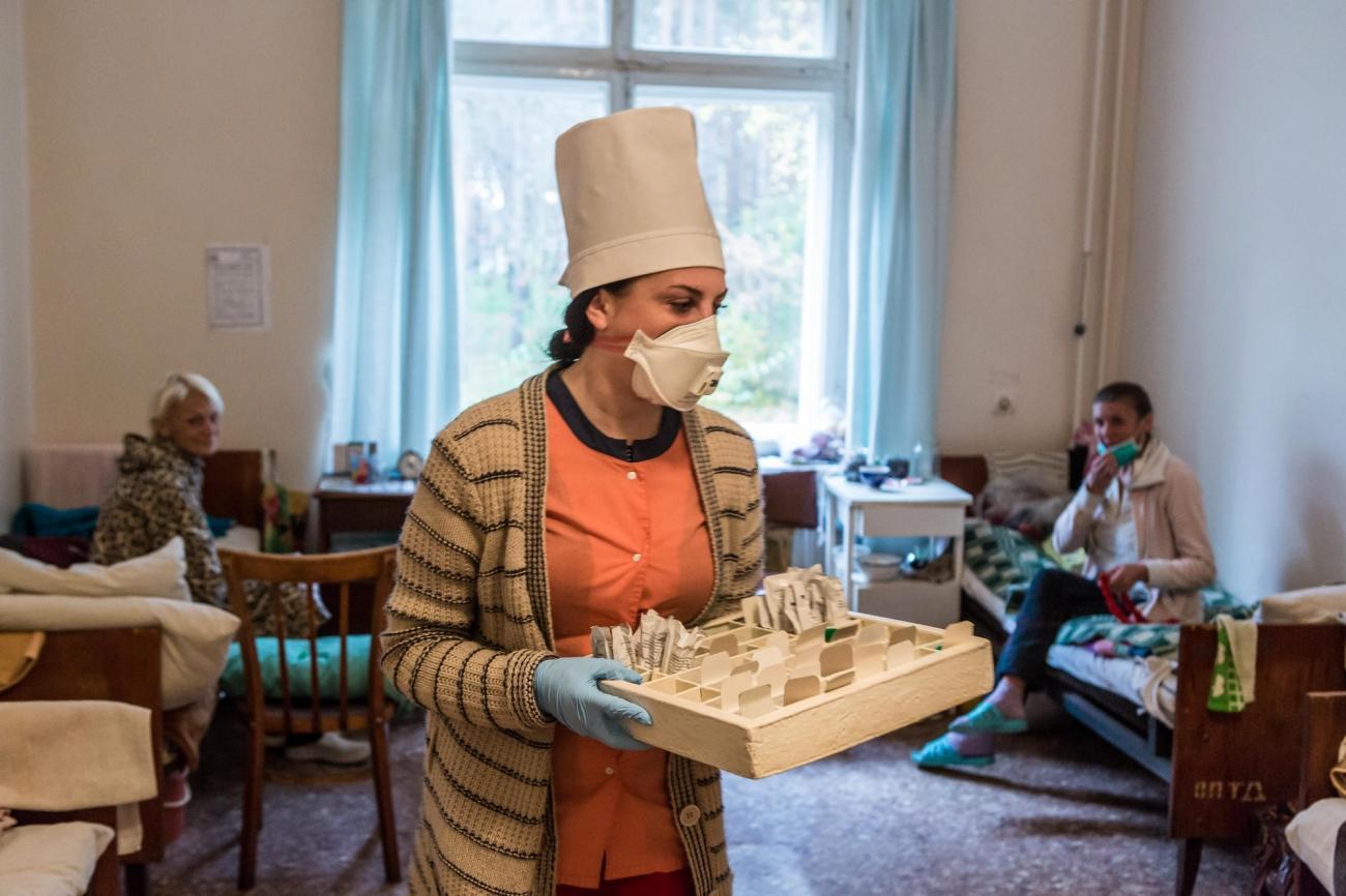 Une infirmière du ministère de la Santé distribue des médicaments à des patients atteints de tuberculose multirésistante dans l'hôpital de Jytomir. Ukraine. 2018.  © Oksana Parafeniuk