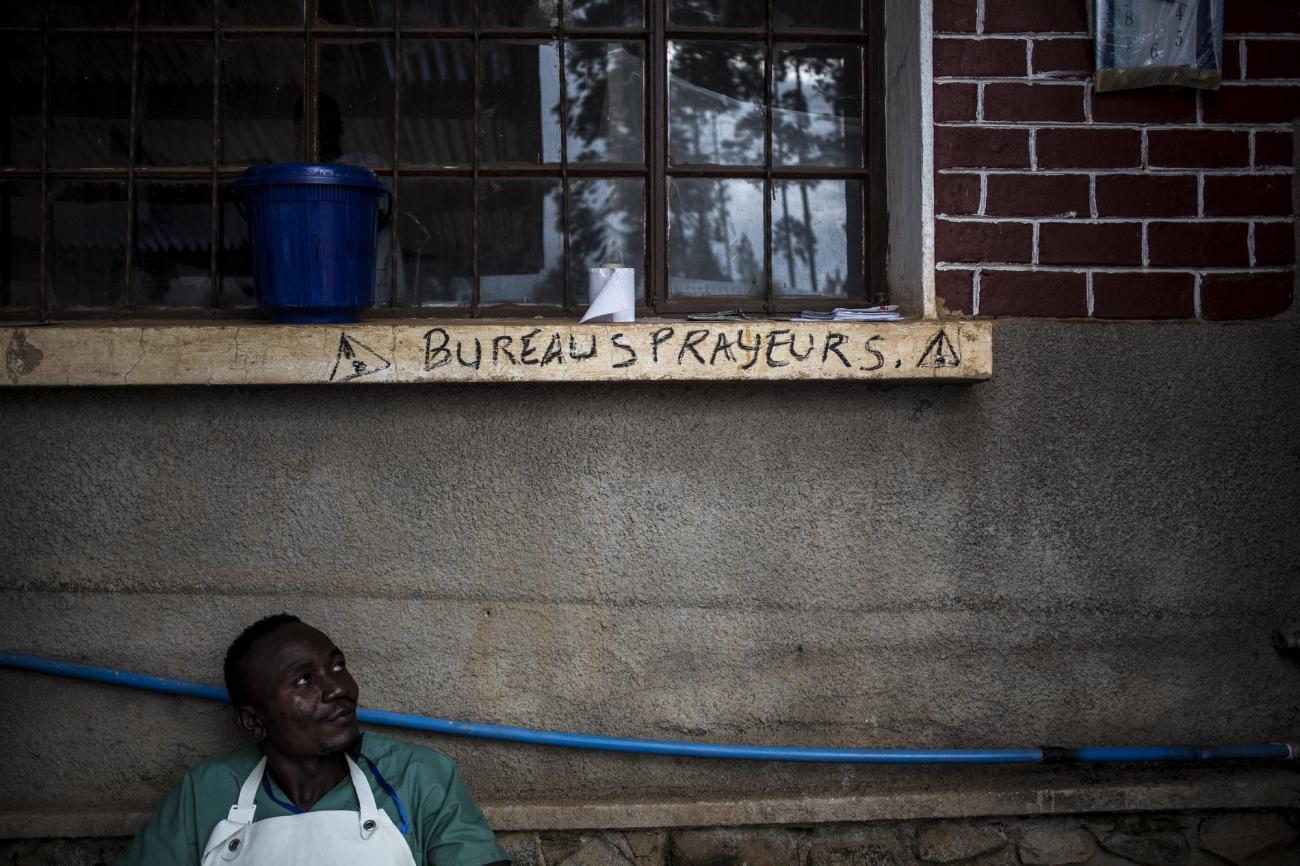 Un agent de décontamination MSF dans le centre de traitement Ebola de Butembo. Novembre 2018. République démocratique du Congo.  © John Wessels