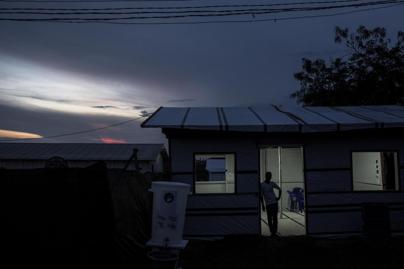 Un travailleur du bâtiment à l'intérieur du nouveau centre d'isolement Ebola de Bunia. Novembre 2018. République démocratique du Congo.  © John Wessels