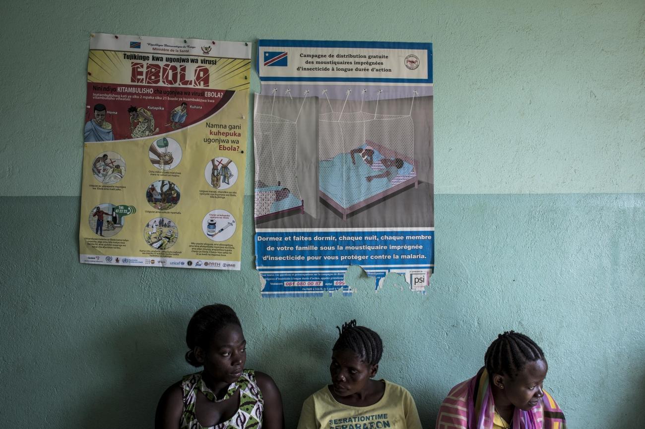 Des femmes patientent dans la salle d'attente d'une clinique soutenue par Médecins Sans Frontières. Novembre 2018. République démocratique du Congo.  © John Wessels