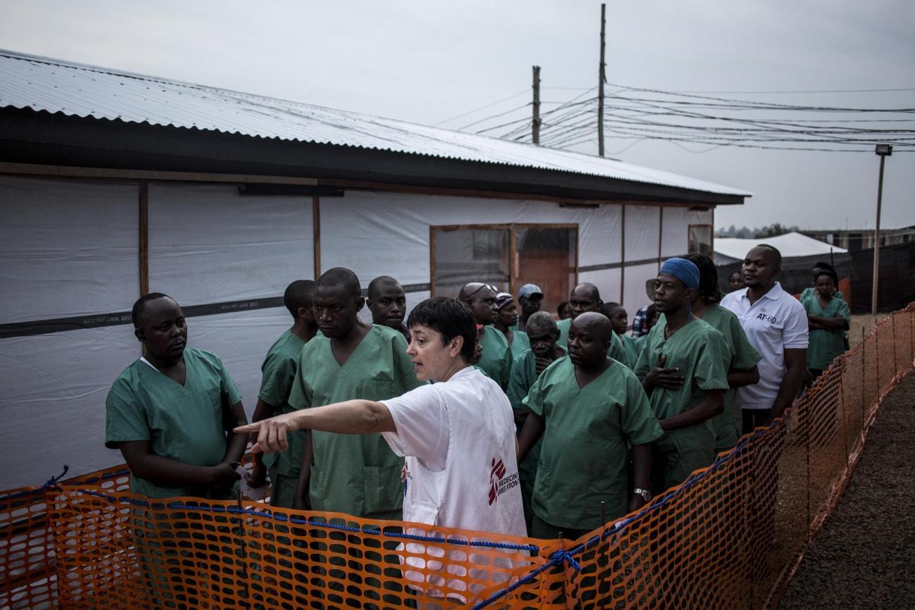 Une experte MSF d'Ebola forme des travailleurs de santé à l'intérieur du centre d'isolement de Bunia peu de temps après sa construction. Novembre 2018. République démocratique du Congo.  © John Wessels