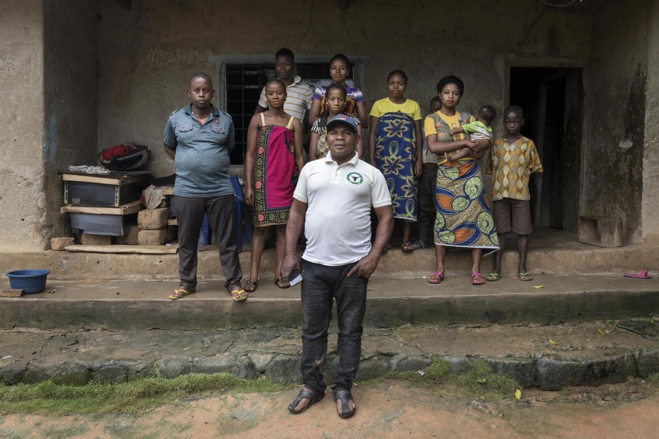 AugustinEka accueille chez lui des réfugiés camerounais. Nigeria. 2018.  © Albert Masias