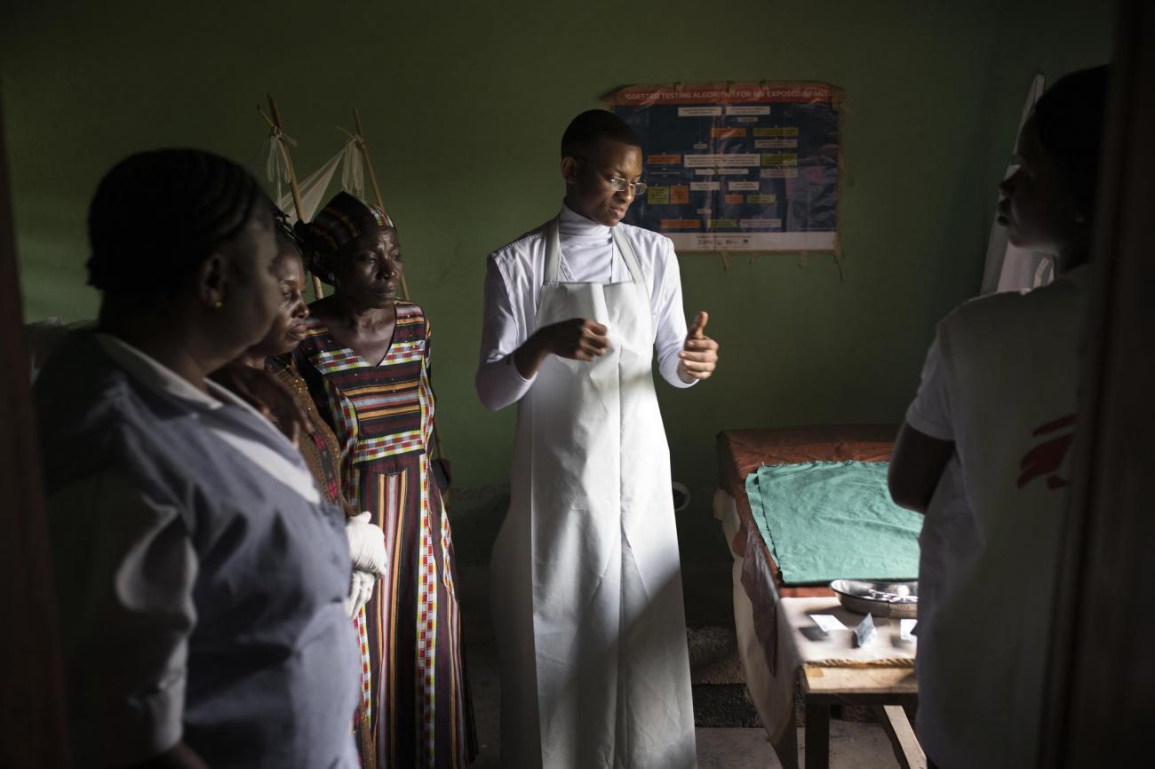 Le Dr. Mudama Onyedika Precious en consultation dans un centre de santé. Il travaille pour Médecins Sans Frontières et fait partie de l'équipe qui visite les centres de santé de la régionà l'aide de clinique mobile. Nigeria. 2018.  © Albert Masias