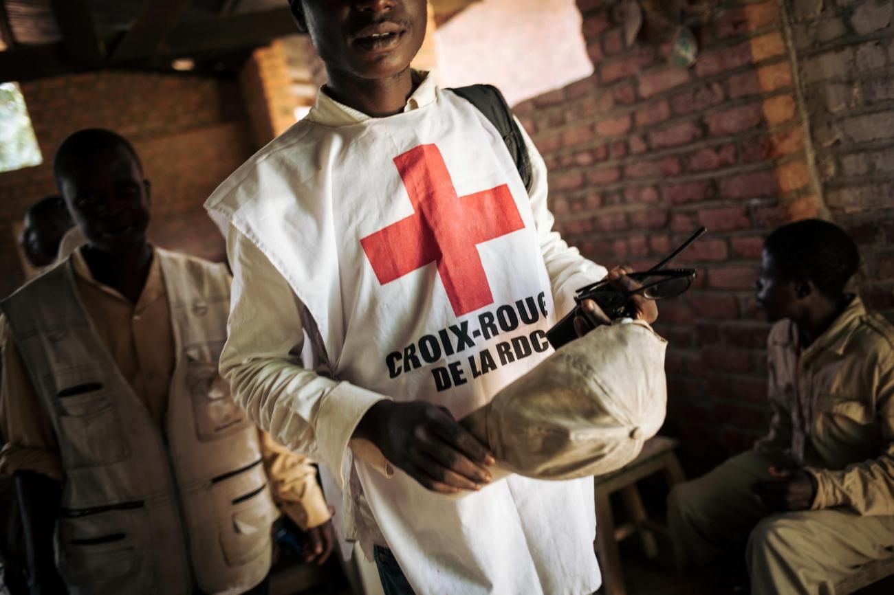 Une formation Ebola dans le dispensaire de Maboya. La formation débute par une discussion entre les équipes de la Croix-Rouge et celles de MSF. Novembre 2018. République démocratique du Congo.  © Alexis Huguet