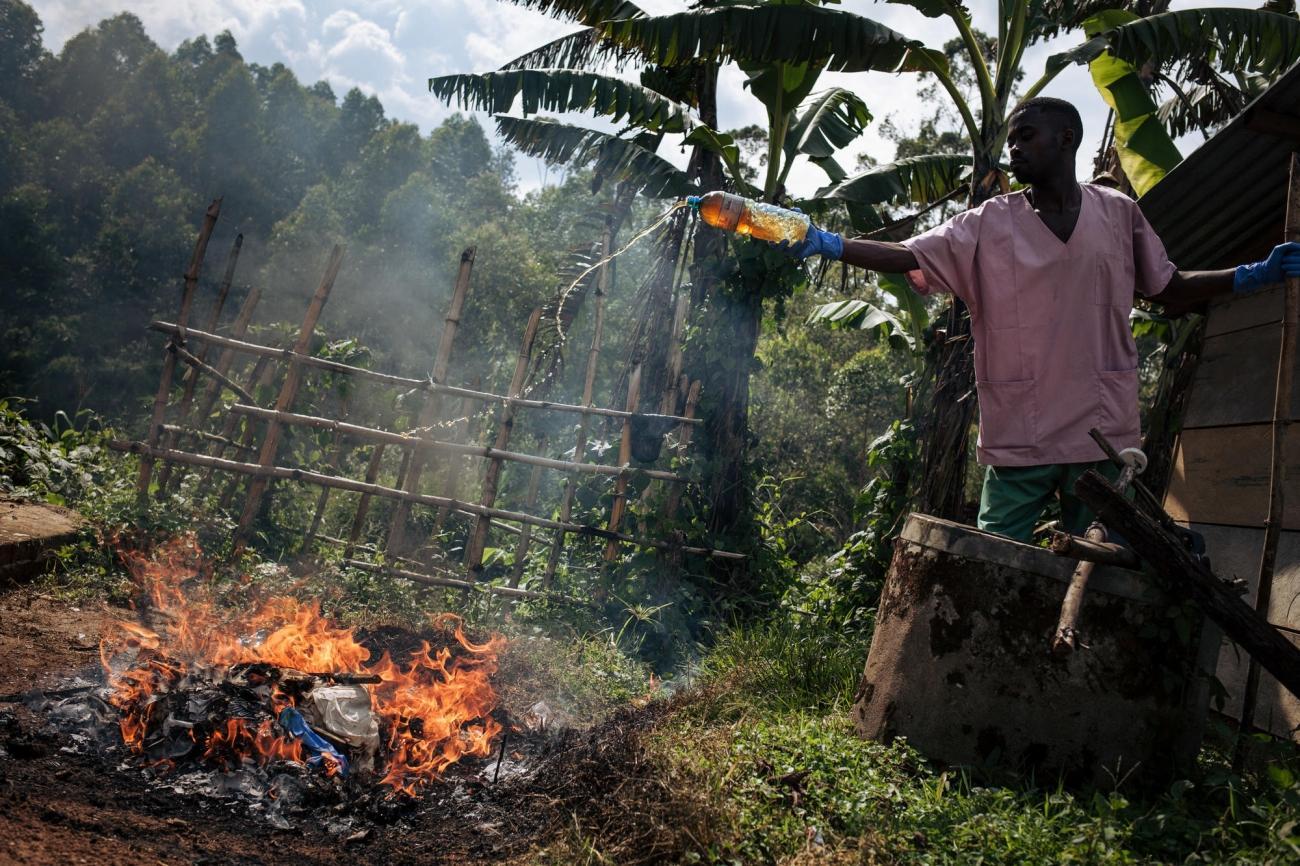 Lors d'une décontamination les affaires qui ne peuvent être réutilisées sont brûlées. Novembre 2018. République démocratique du Congo.  © Alexis Huguet