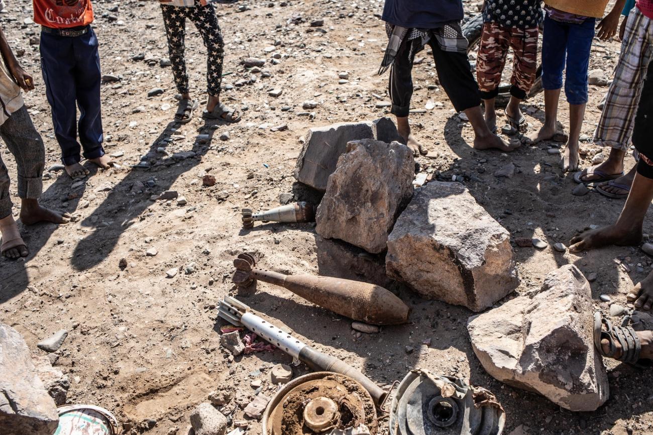 Des enfants devant des engins explosifs désamorcés à Mawza. Décembre 2018. Yémen.  © Agnes Varraine-Leca/MSF