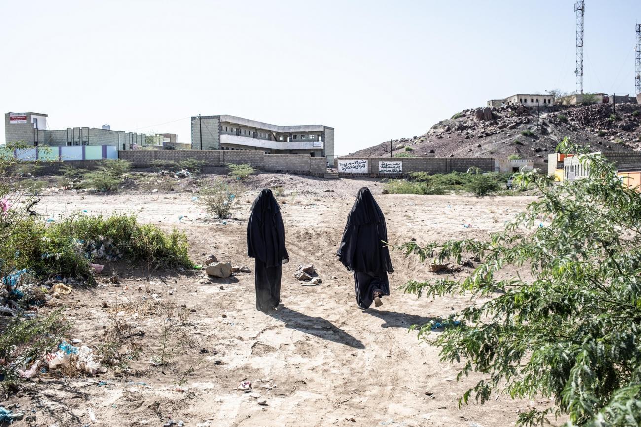 Deux femmes marchent en direction de l'école de Mawza. Yémen. Décembre 2018.  © Agnes Varraine-Leca/MSF