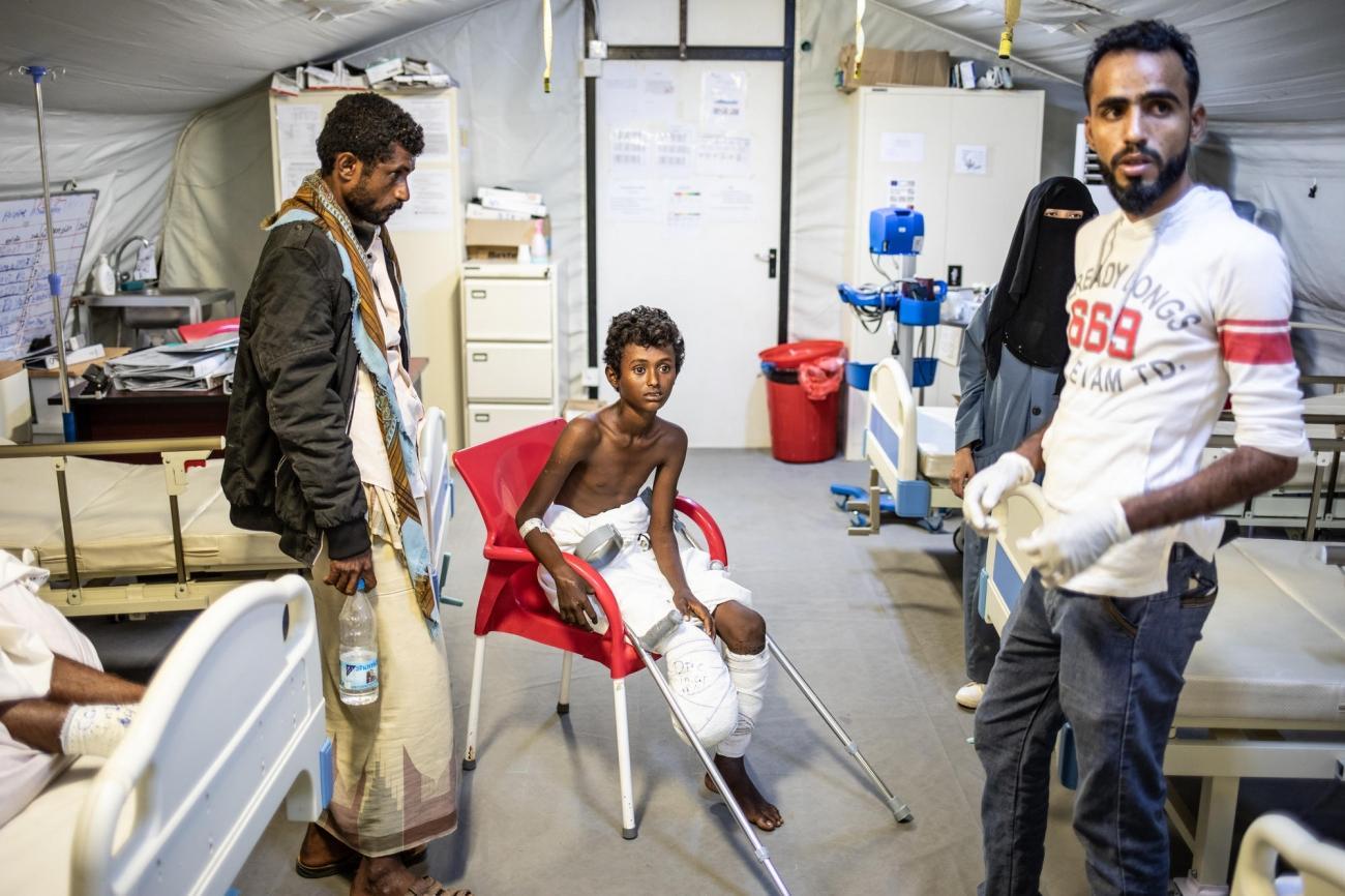 Nasser (au centre) et son père Mohammed (à gauche) dans l'hôpital MSF de Mocha. Yémen. 2018.  © Agnes Varraine-Leca/MSF
