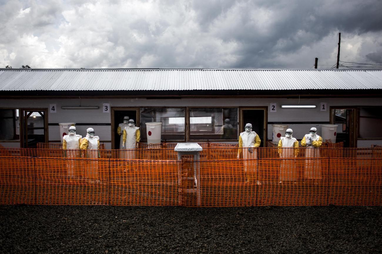 Des travailleurs de santé MSF à l'intérieur de la zone à risque du centre d'isolement Ebola de Bunia peu de temps après sa construction. Novembre 2018. République démocratique du Congo.  © John Wessels