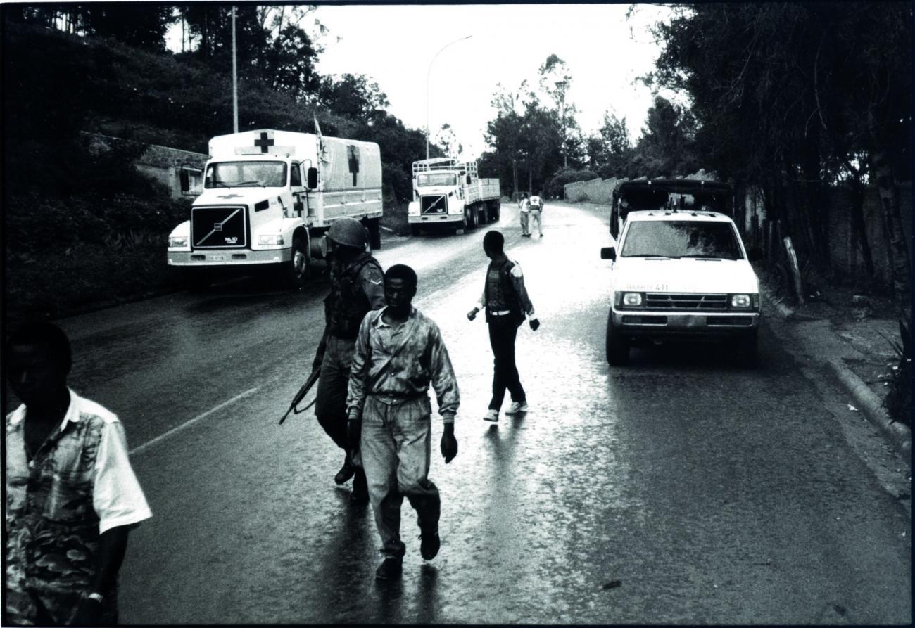 Départ vers l'aéroport de Kigali de la première équipe évacuée après trois semaines de mission sur place.Avril 1994. Rwanda.  © Xavier Lassalle/MSF