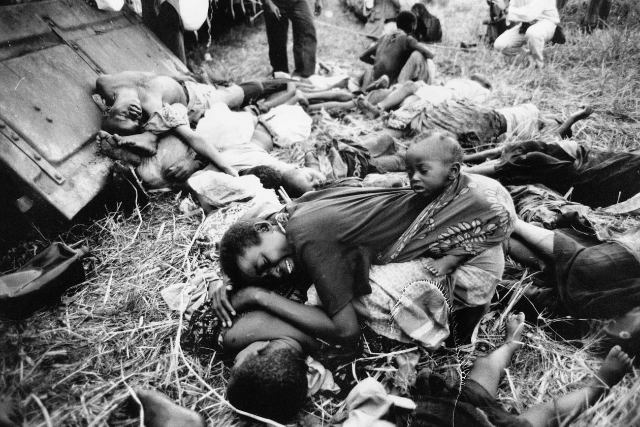 Des réfugiés rwandais hutus fuient l'est du Zaïre pour échapper aux attaques de l'Alliance démocratique de libération du Congo-Zaïre et de l'Armée patriotique rwandaise. Ils s'entassent dans des trains entre Biaro et Kisangani.À leur arrivée, on compte près de 100 morts. 1997. Zaïre.  © Kadir Van Lohuizen/Noor