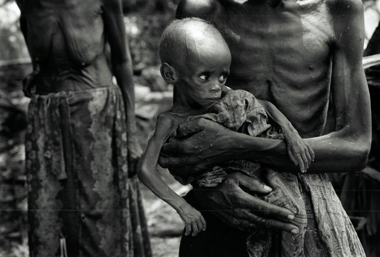 Des réfugiés rwandais hutus le long de la voie de chemin de fer qui relieUbundu à Kisangani. Zaïre. 1997.  © Sebastiao Salgado