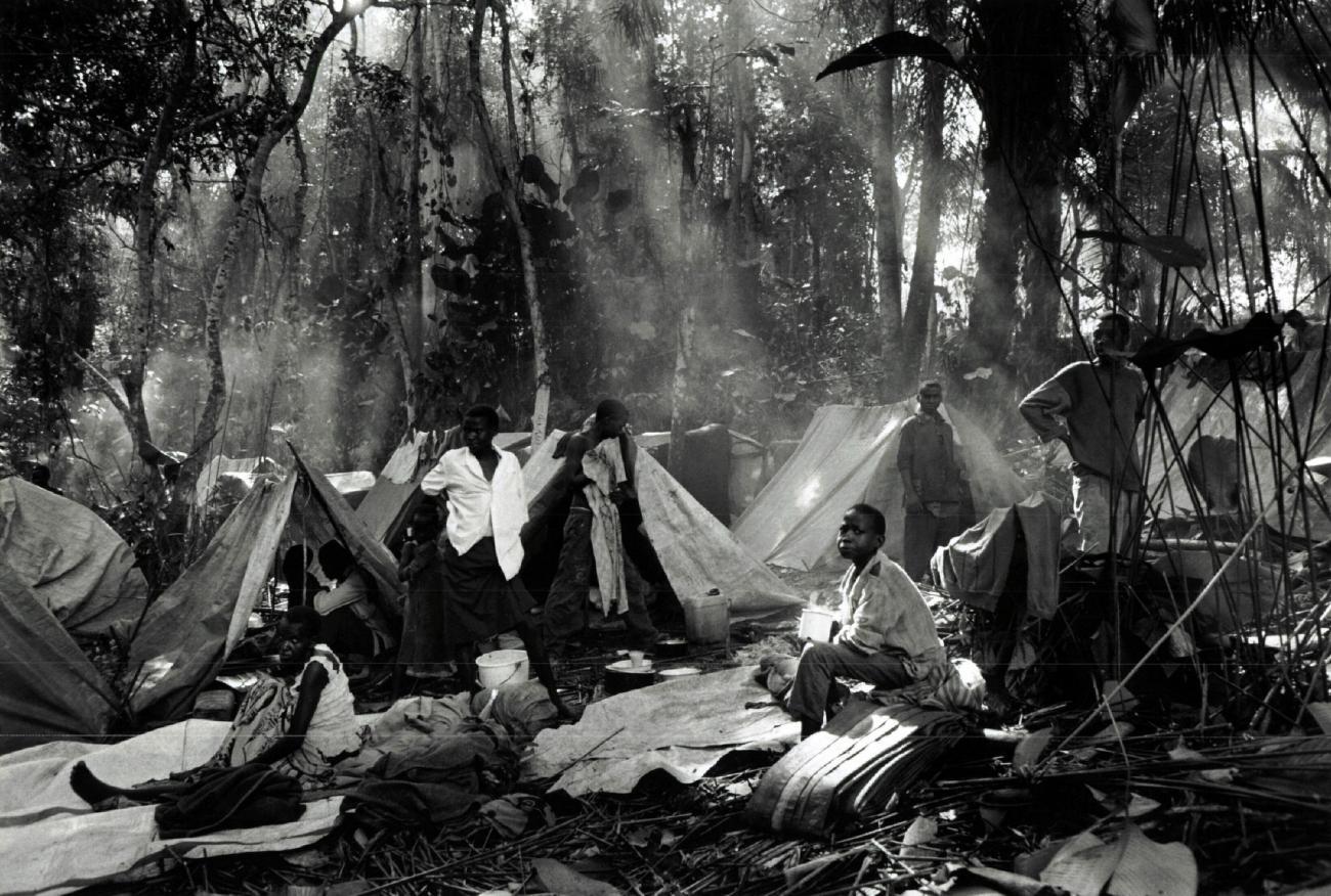 Dans le village de Biaro, les réfugiés rwandais hutus sont épuisés et tentent de se reposer. Ils ont fui les camps de Goma et de Bukavu dans l'est du Zaïre pour échapperaux attaques de l'Alliance des forces démocratiques pour la libération du Congo-Zaïre et de l'Armée patriotiquerwandaise.Zaïre. 1997.  © Sebastiao Salgado