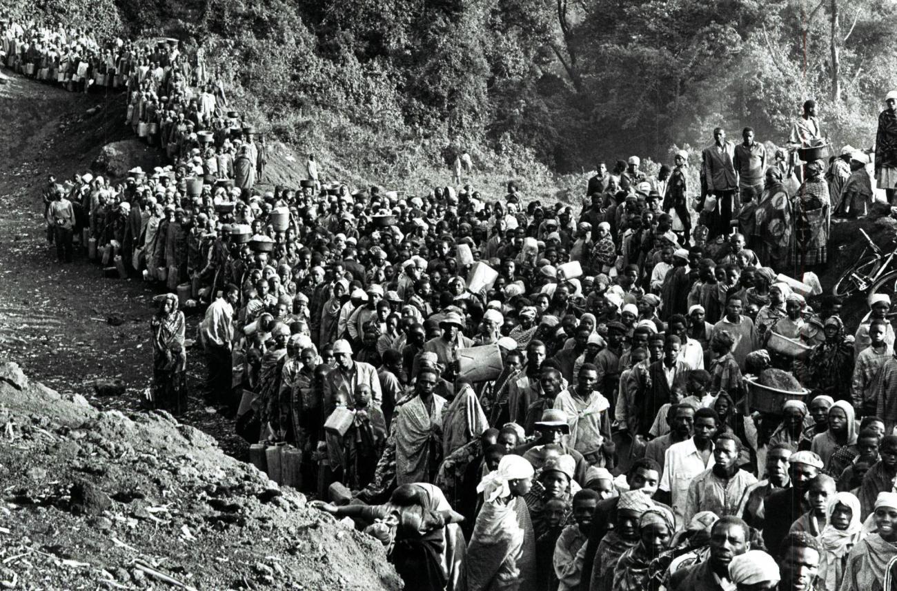 Des dizaines de milliers de réfugiés répartis dans les camps de Kibumba, Katale et Mugumga, vont trouver la mort en raison de la chaleur, du manque d'eau, de nourriture et l'apparition simultanée d'une épidémie de choléra et de dysenterie, 1994. Zaïre.  © Sebastiao Salgado